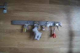 Détail intelligent : une barre aimantée pour accrocher ses clés dans l'entrée de la maison. Mur réalisé en plan de travail bois Ikéa.