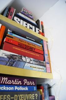 Une petite guirlande goutte d'eau dorée, de beaux livres, et hop une jolie bibliothèque.