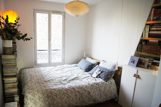 Voici la chambre. Le plafonnier est une création en papier du designer Noguchi. Garance souhaitait une ambiance douce dominée par le blanc.