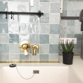 Comme partout dans l'appartement, on trouve des touches de laiton. Ici, le secret de cette cuisine réside dans l'alliance zelliges bleus / robineterie murale dorée.