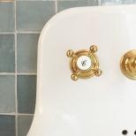 Le sublime lavabo et la robineterie sont la clé de cette adorable salle d'eau.