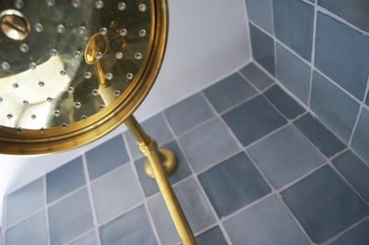 Dans la douche, on a opté pour une très belle colonne dorée.