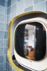 Ceci est une machine à laver murale, conçue pour les petits espaces.