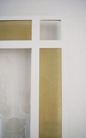 Sur fond blanc, et lorsque la lumière le veut bien, le doré du laiton se révèle.