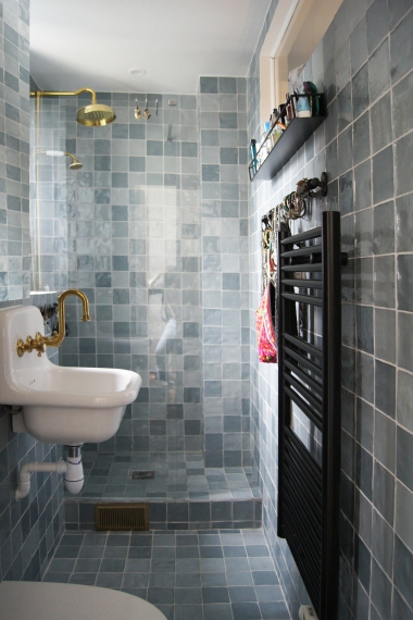 Dans la salle d'eau, on retrouve notre faux zellige bleu, jusqu'au plafond.